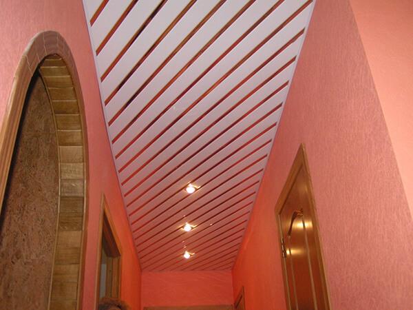 реечный потолок в коридоре