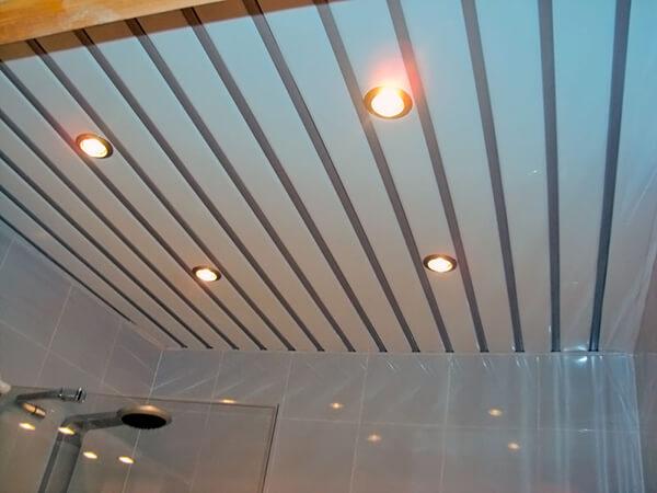 Реечный потолок в ванной комнате открытого типа
