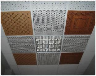 Плитка разделяет потолок на зоны