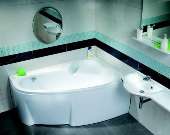 Удачный дизайн ванной комнаты с угловой ванной