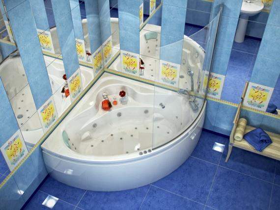 Угловая ванная комната с зеркалами