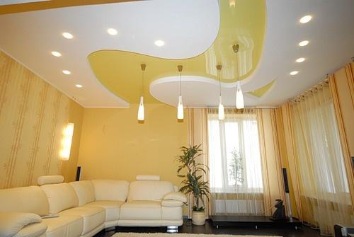 Пример светлого натяжного потолка