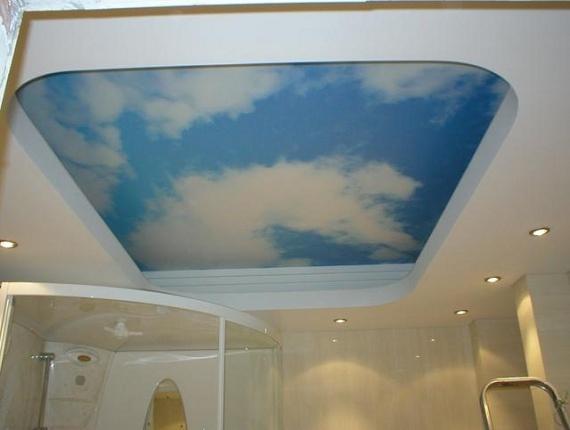 Глянцевый натяжной потолок в ванной с рисунком