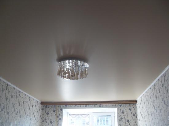 Белый сатиновый натяжной потолок