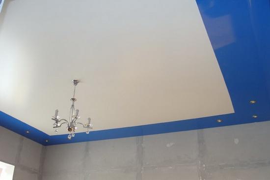 Бело-синий потолок для кухни