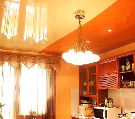 Оранжево-желтый потолок на кухне