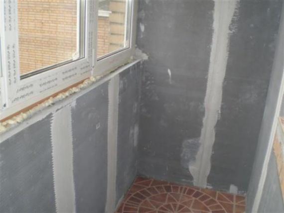 Отделанные гипсокартоном стены лоджии