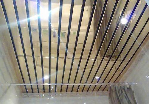 Серебристый зеркальный реечный потолок