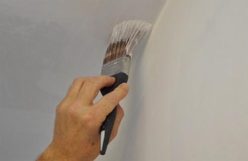 Покраска между стеной и потолком