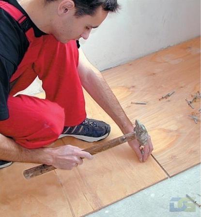 Закрепляем скрипящую доску дюбелем и саморезом