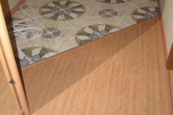 Разное покрытие в комнате и коридоре