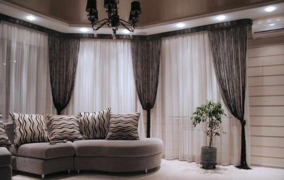 Черные нитяные шторы в белой гостинной