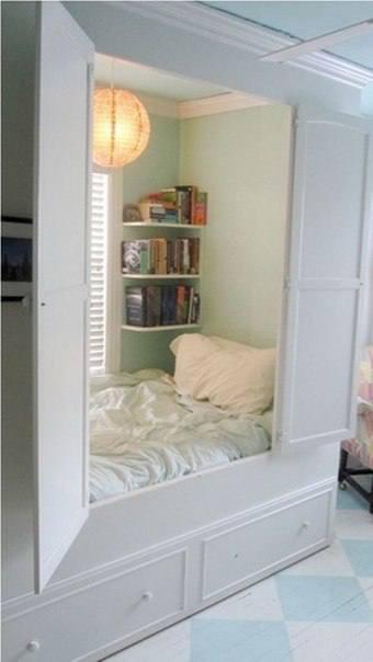 Пространство может быть скрыто удобными белыми дверцами
