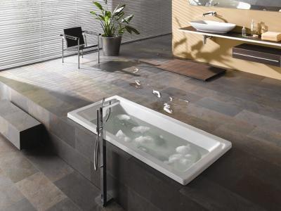 Серый ламинат в ванной комнате