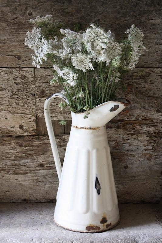 Белая старинная ваза из металла