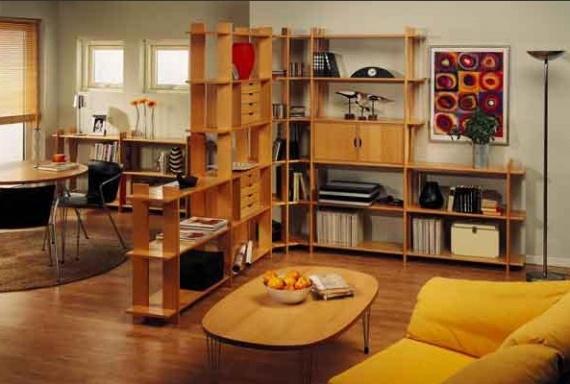 Деревянный стеллаж удачно разделяет комнату