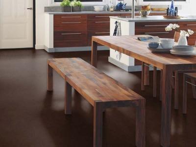 Однотонный темно-коричневый цвет для пола кухни