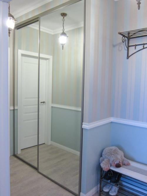 Бело-голубые комбинированные обои и зеркальный шкаф