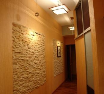 Искусственный кирпич на стенах
