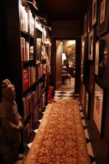 Картины и полки для книг во всю стену