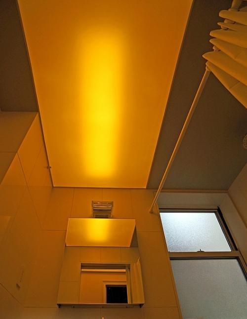Длинная лампа скрыта натяжным потолком