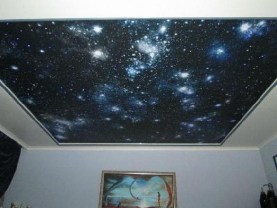 Созвездия и галактики светятся на темно-синем фоне