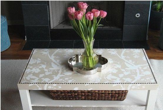 Белый стол с тканью поверх столешницы