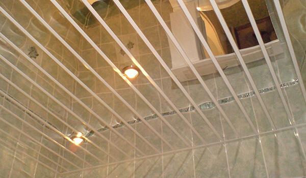 реечный потолок открытого типа