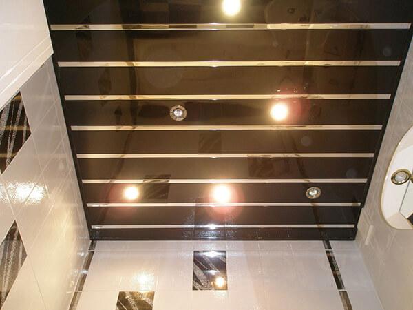 Цветной реечныый потолок со вставками