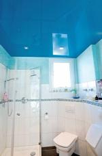 Синий глянцевый потолок