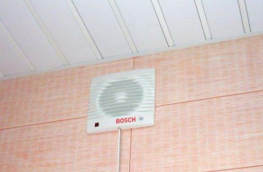 Вентилятор в стене под потолком