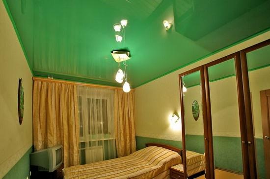 Образец глянцевого натяжного потолка в спальне