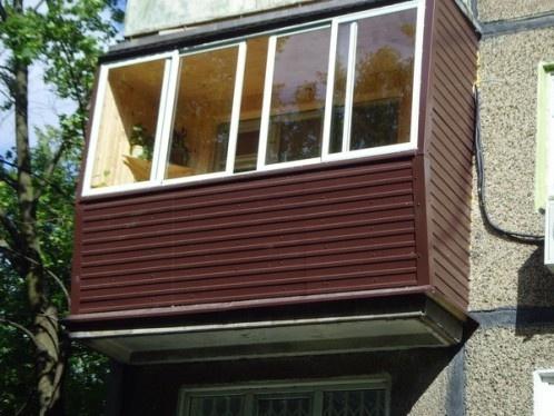 Так выглядит сайдинг на обшивке балкона