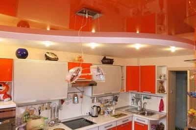 Яркий оранжевый потолок