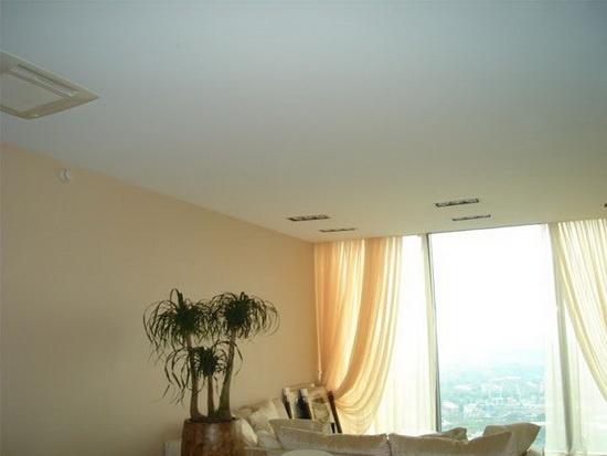 Белый матовый натяжной потолок со швом
