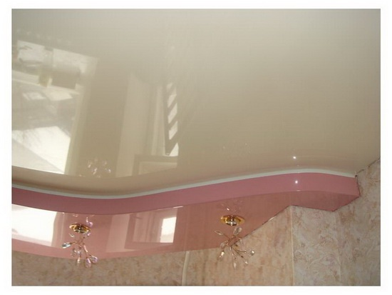 Двухуровневый натяжной потолок в гостиной