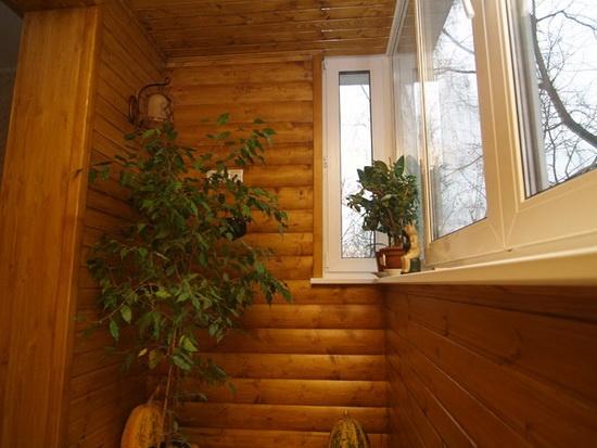 Балкон с деревянной вагонкой