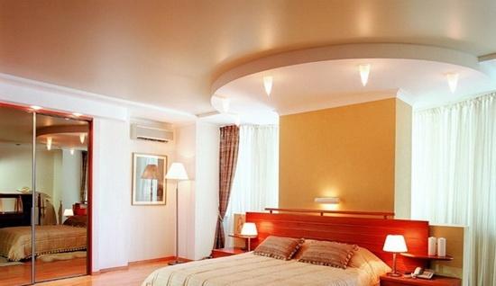 Двухуровневый бежевый потолок со светильниками