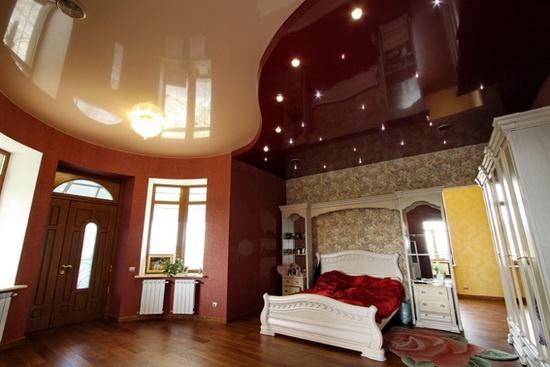 Двухцветный бордово-бежевый потолок