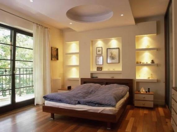 Элегантные полки в спальне