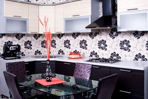 Кухня с фартуком отделанным стильными обоями