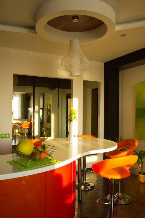 Вид из гостиной на кухню