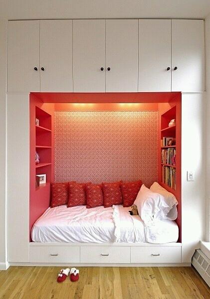 Уютное спальное место в красном цвете