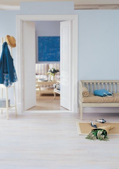 Белый ламинат отлично гармонирует с интерьером комнаты