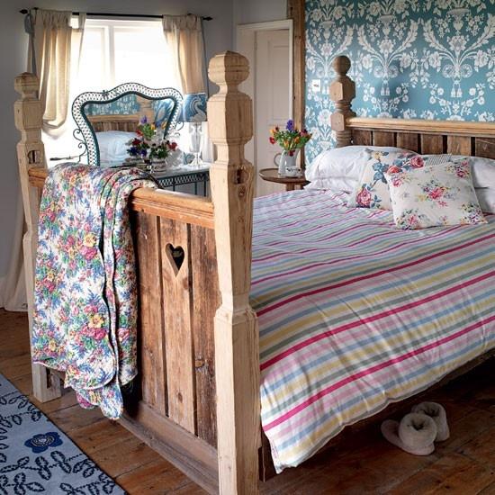 Стилизованная деревянная кровать