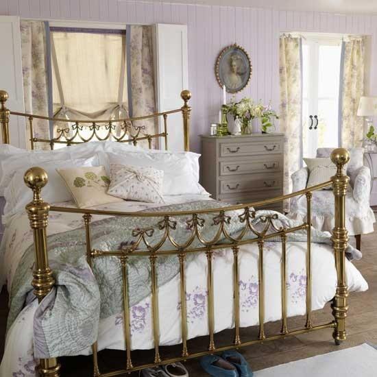 Кровать из металла золотого цвета