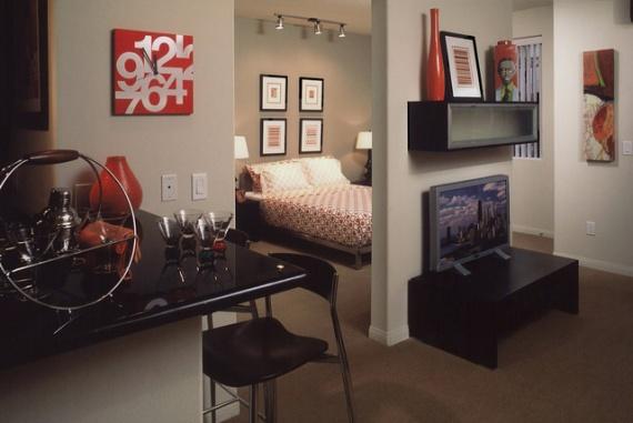 Пример разделения комнаты на три зоны: гостевую, спальную и столовую