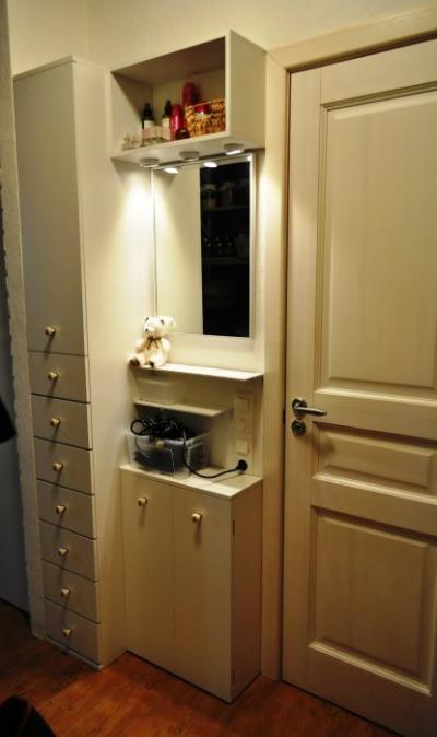 Удобная тумбочка с зеркалом и шкафчик