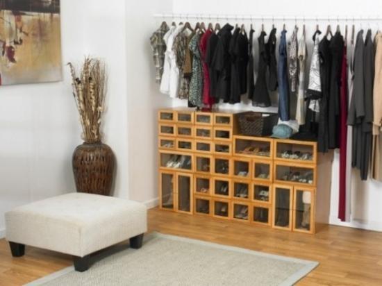 Вешалка для одежды и удобные ящики для обуви