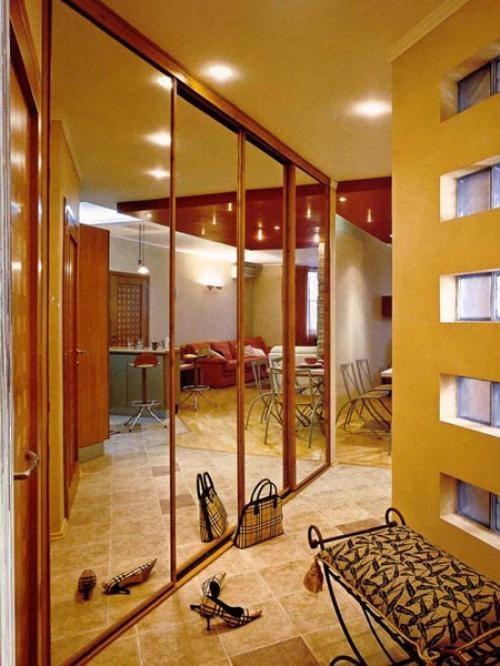 Большой шкаф с зеркальными дверцами